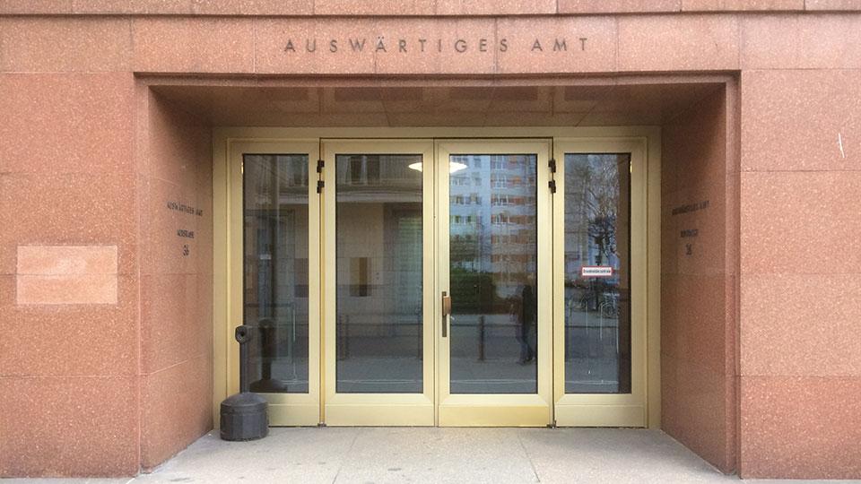 Dienstpass beantragen beim Auswärtigen Amt in Berlin.