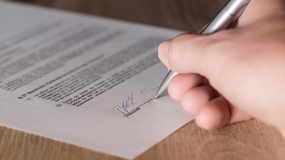 Unser Mietvertrag in Ecuador ist unterschrieben.